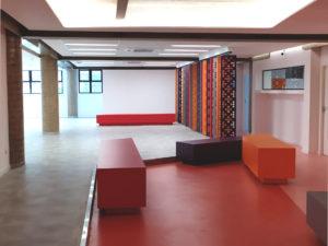 sala, escola, bancos, cores quentes
