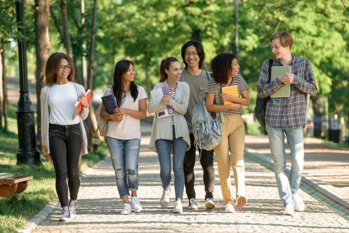 estudantes andando ao ar livre, natureza