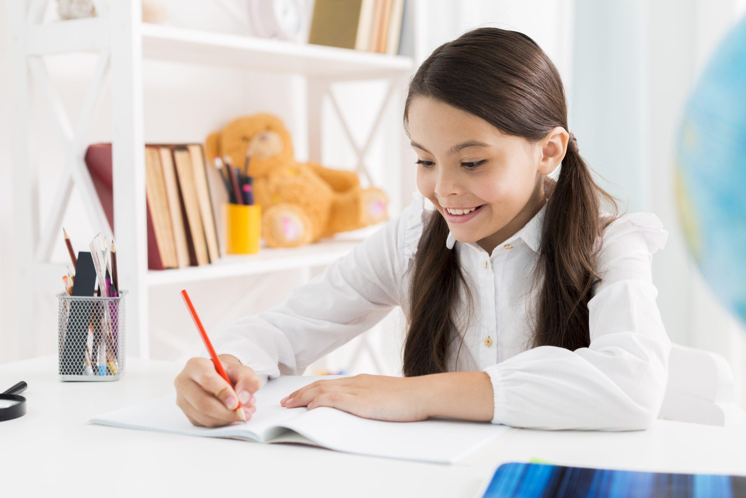 menina estudando em casa