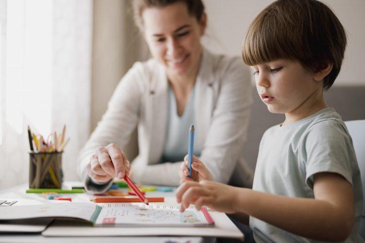 Mae e filho em ambiente de estudo feito em casa