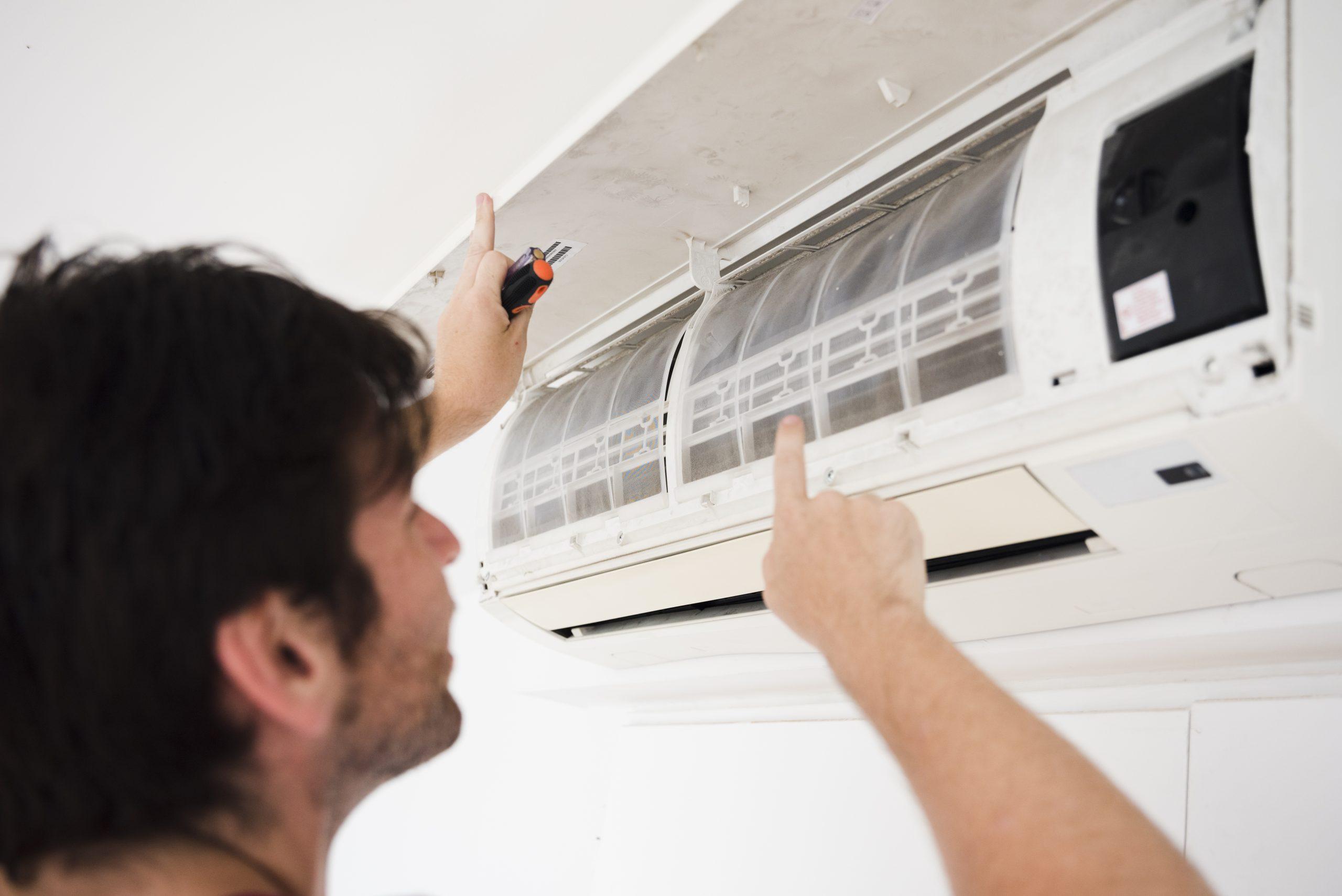 Limpeza e troca de filtro no ar condicionado