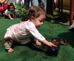 criança plantando uma horta