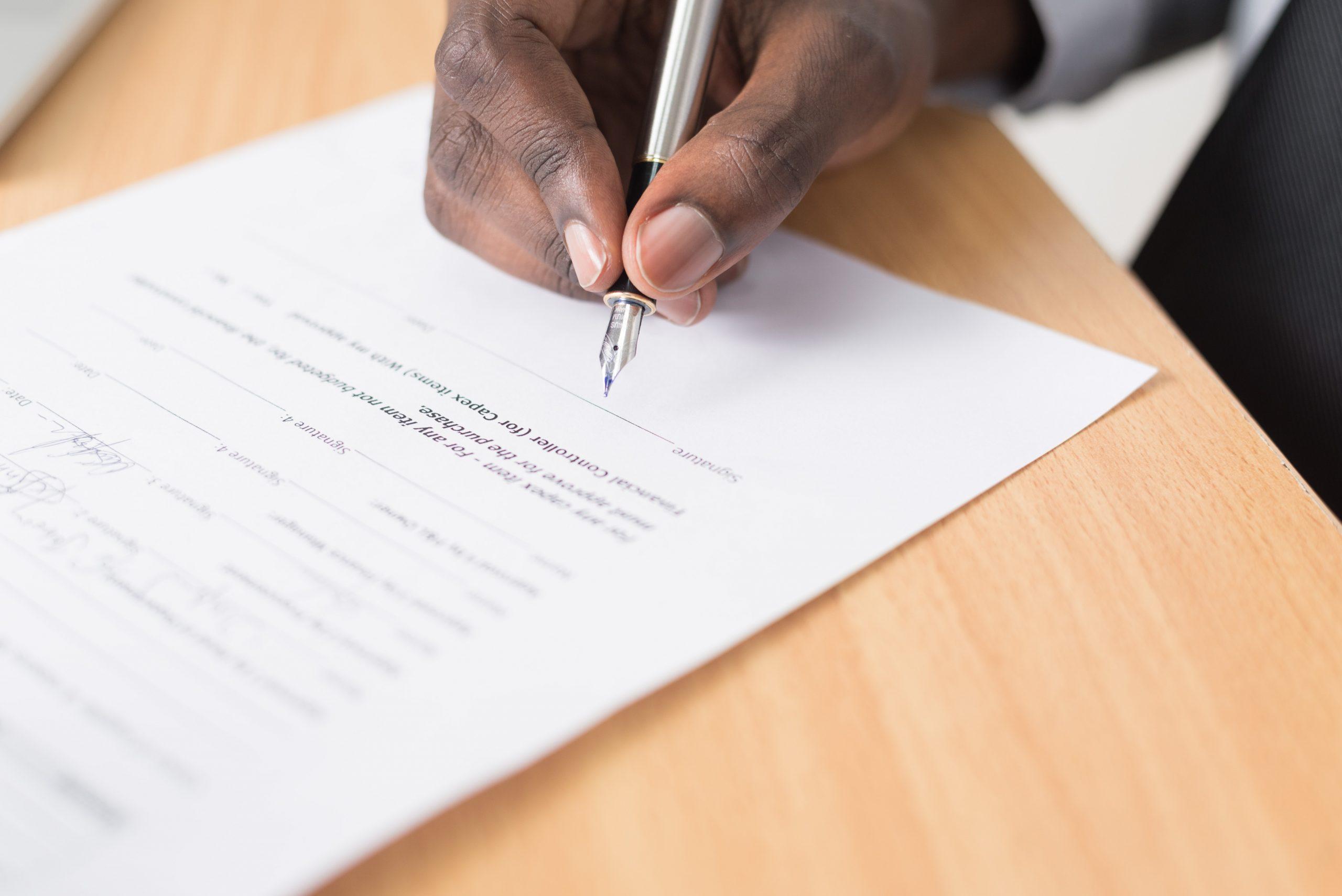 homem assinando um contrato de projeto